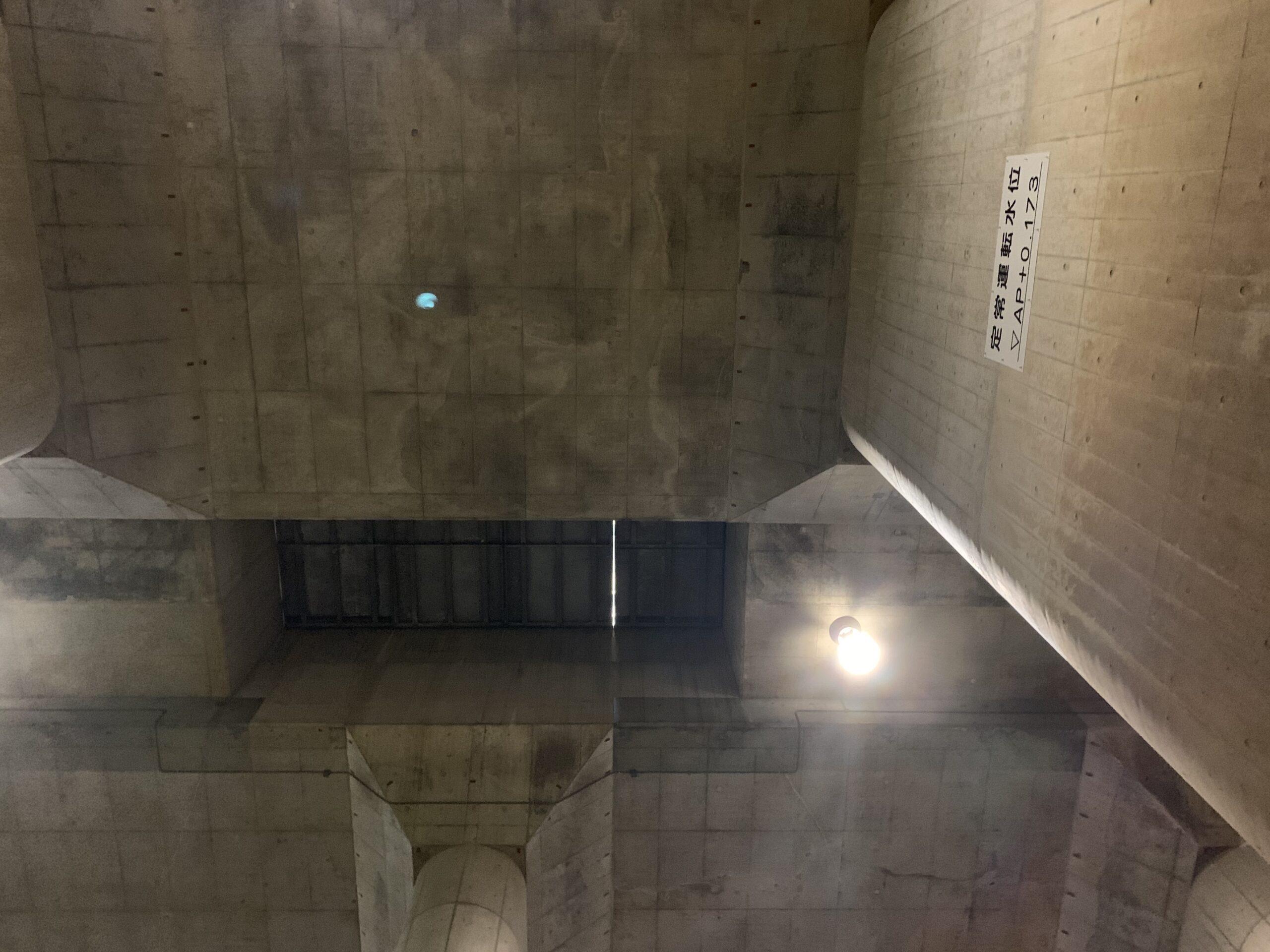 首都圏外郭放水路の荷物の搬入は天井から