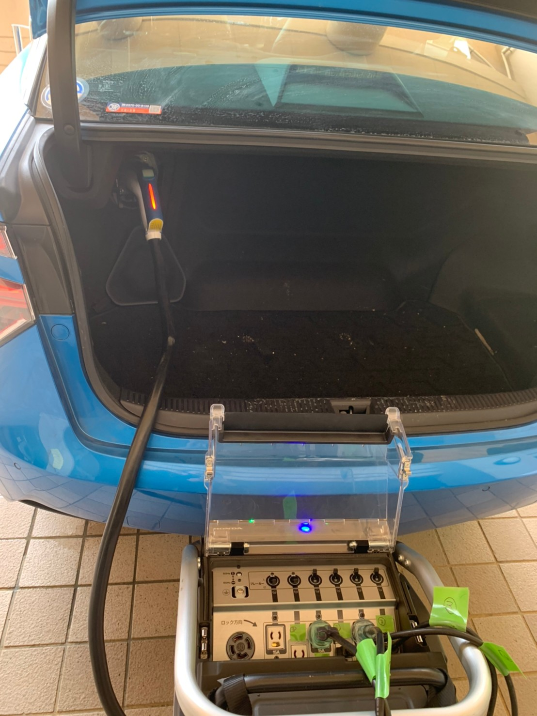 避難時の燃料電池自動車の使い方を説明