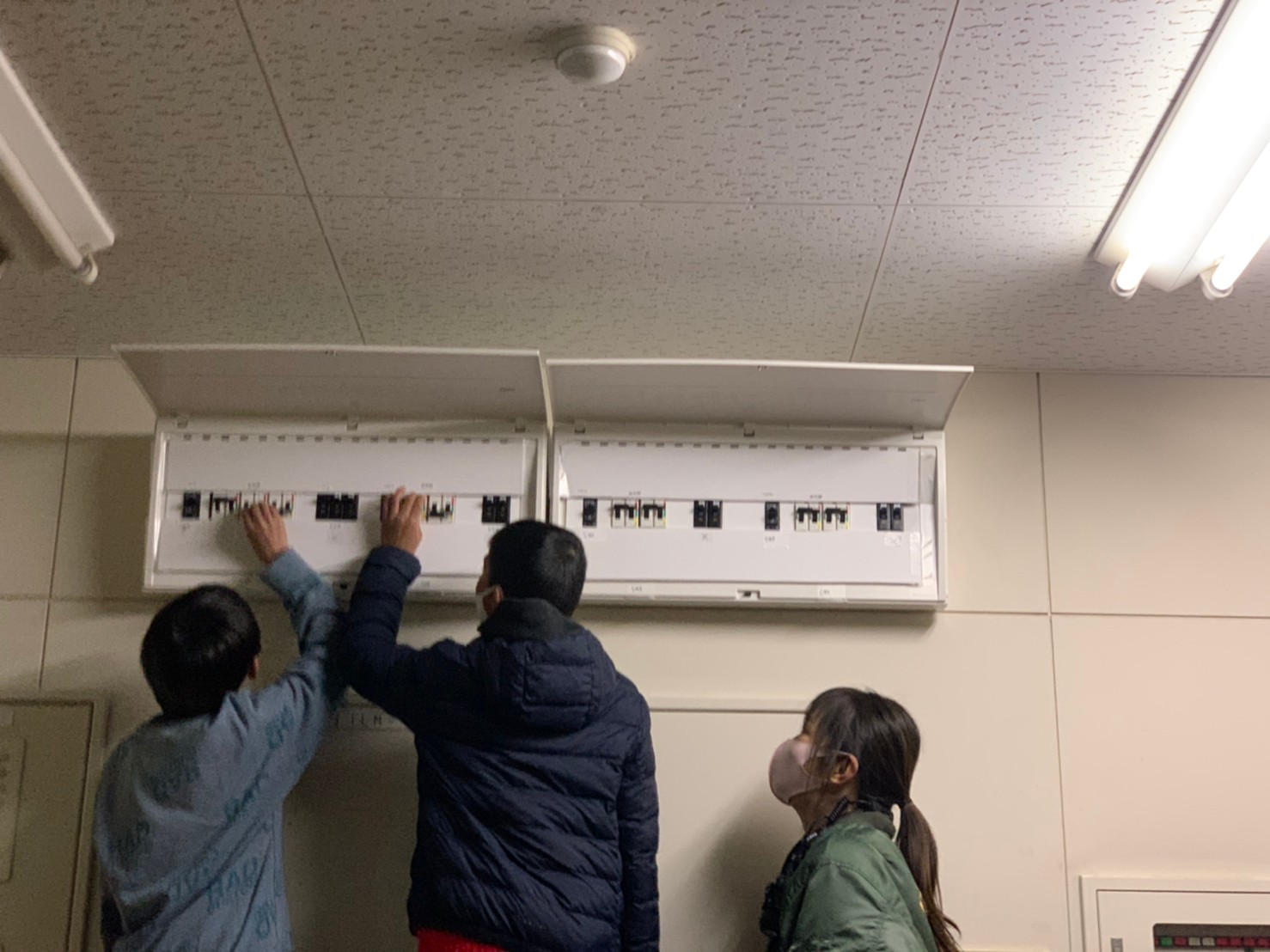兵庫県神戸市の防災への取り組み小学生が燃料電池自動車から電気を送る停電時の訓練を実施