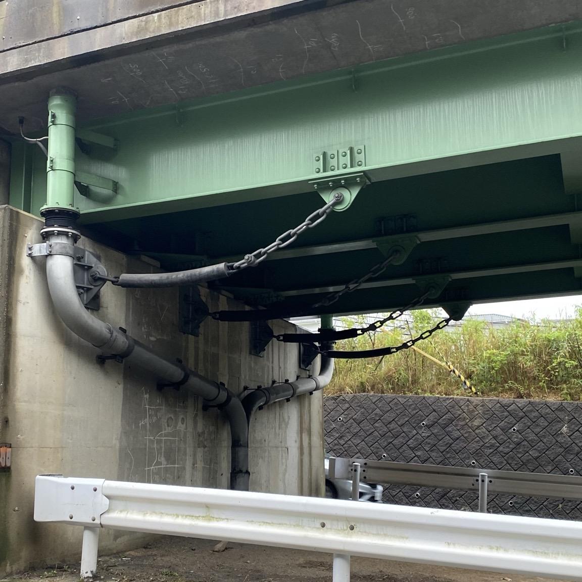 災害時の対策として橋の裏側の緩衝チェーンについてインフルエンサーが取材